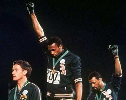 Tommie Smith y John Carlos, junto a Norman, hacen el gesto reivindicativo en el podio de México en 1968.