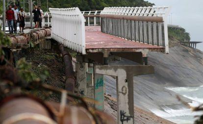 Tramo de la ciclovia Tim Más destruido por la lluvia en la región de Son Conrado, en el Río de Janeiro