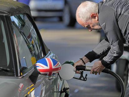 Un conductor lograba repostar este miércoles en una gasolinera de Londres, después de horas de hacer cola.