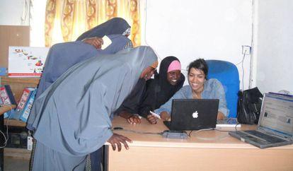 Leila Janah, fundadora de Sama, enseña a unas niñas refugiadas en el campo de Dagahaley, en Dadaab, Kenia.