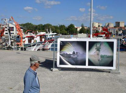Dos de las solarigrafías de Diego López Calvín, a la vista del público en el puerto de Vilaxoán.