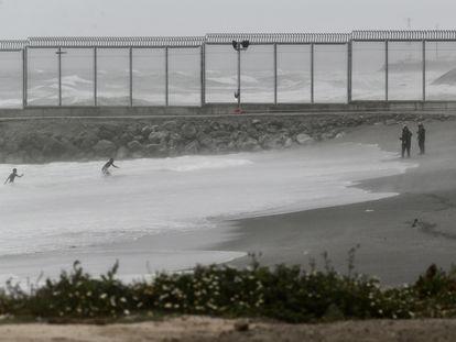 Dos jóvenes migrantes han llegado a la playa del Tarajal después de salir a nado desde la ciudad marroquí de Castillejos, el 24 de abril de 2021, en Ceuta.