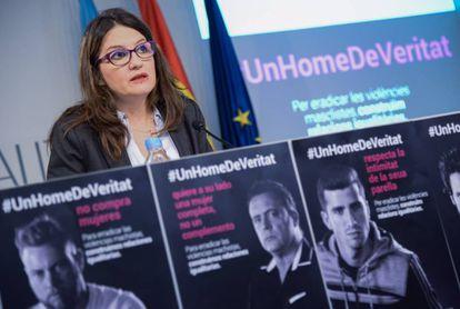 La portavoz del Consell, Mónica Oltra, con carteles de la campaña '#UnHomeDeVeritat' contra la violencia de género.
