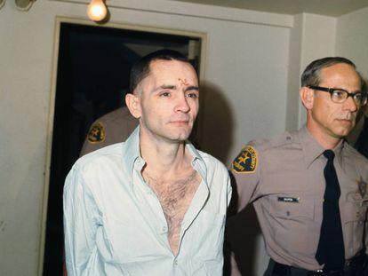 Llegada al tribunal de Charles Manson, en 1971, con una esvástica en la frente.