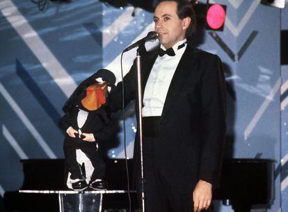 José Luis Moreno, durante una de sus actuaciones con el cuervo Rockefeller, en el verano de 1988 en A Coruña.