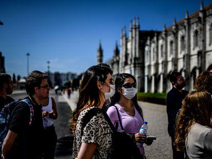 Turistas brasileños protegidos con mascarillas en el Monasterio de Los Jerónimos de Lisboa.