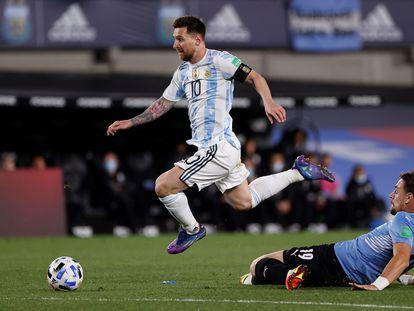Lionel Messi supera Sebastián Coates, en el partido entre Argentina y Uruguay en Buenos Aires.
