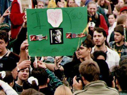 Fans de Kurt Cobain queman un cartel con la foto del músico en una velada en su memoria, el 10 de abril de 1994.