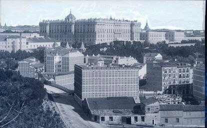 Lateral del palacio Real con la bajada de la calle Irún en primer término en una de las fotos adquiridas por la Fundación Anastasio de Gracia