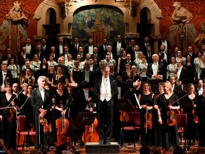 El director de orquesta, John Eliot Gardiner, saluda al público tras una jornada dedicada a Ludwig van Beethoven, en el Palau de la Música Catalana ( Barcelona) .