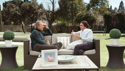 El expresidente del Gobierno José María Aznar (d), con Bertín Osborne (i) en el programa 'Mi casa es la tuya'.