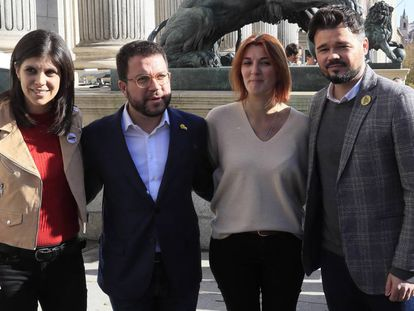 Desde la izquierda, los dirigentes de ERC Marta Vilalta, Pere Aragonès, Carolina Telechea y Gabriel Rufián, el lunes, ante el Congreso.