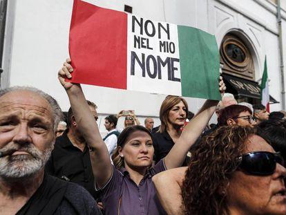 Manifestantes protestan a las puertas de la Cámara de Diputados contra el nuevo Ejecutivo.