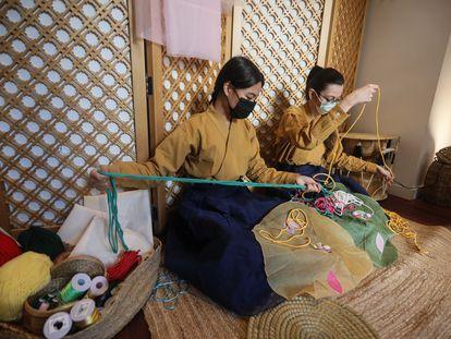 Un piso de Malasaña se transforma en un 'hanok', dentro de la K-Week (semana coreana). En la imagen, elaboración de nudos artísticos coreanos.