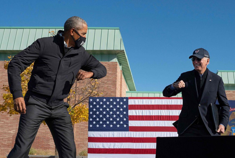 El expresidente Barack Obama y el candidato democráta, Joe Biden, en un acto de la campaña electoral en Flint (Michigan), el 31 de octubre.
