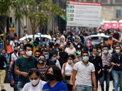 Personas caminan en el centro de Ciudad de México, el pasado 16 de diciembre.