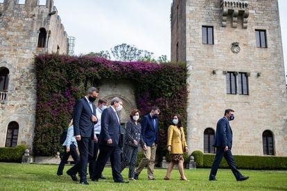 La viceprimera ministra, Carmen Calvo, pasea por los jardines de Meiras con el resto de autoridades.