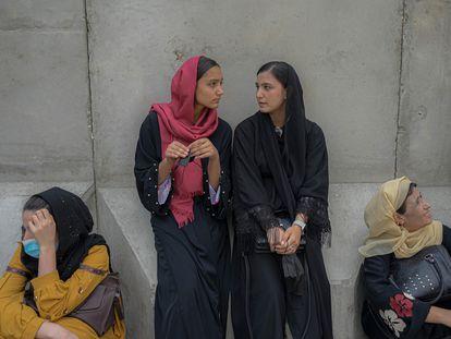 Cuatro mujeres esperan frente a la oficina de un banco, el lunes en Kabul.
