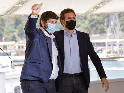 El presidente del PP, Pablo Casado, y el jefe del Ejecutivo murciano, Fernando López Miras, durante un acto de partido con alcaldes de varias ciudades españolas en Cartagena.