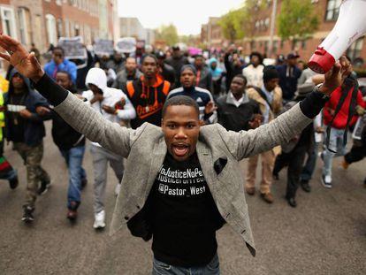 Un grupo de jóvenes protesta en abril de 2015 por la muerte de Freddie Gray en Baltimore.