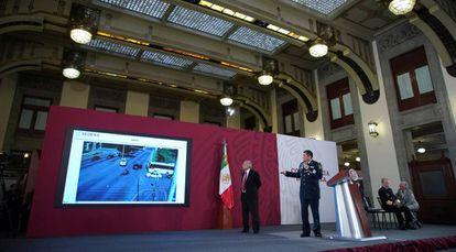 El presidente López Obrador junto a Luis Sandoval, secretario de Defensa, durante la conferencia de prensa donde revelaron los vídeos del operativo Culiacán.