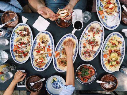 Un grupo de personas comparten una comida tradicional mexicana.