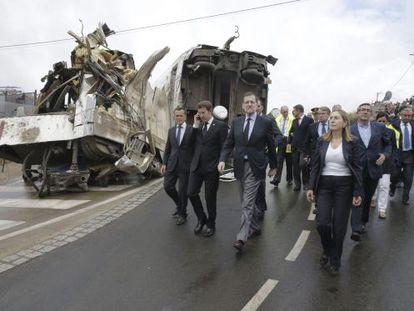 Rajoy, al día siguiente del accidente, acompañado por Alberto Núñez Feijóo y Ana Pastor