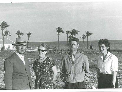 El dictador croata Ante Pavelic, con sombrero, a finales de la década de los cincuenta durante unas vacaciones en Santa Pola (Alicante) con su esposa María, a su izquierda, y sus hijos Velimir y Visnja.