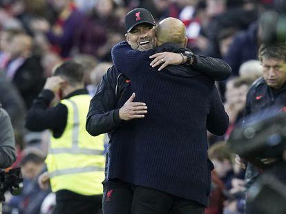 Klopp y Guardiola se abrazan tras el 2-2 en Anfield.