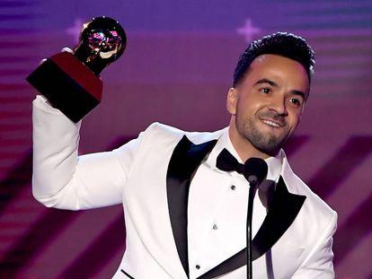 Luis Fonsi recoge el premio de mejor canción del año por 'Despacito'