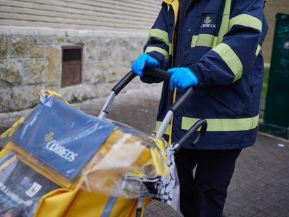 Cartera del servicio de Correos en Pamplona.
