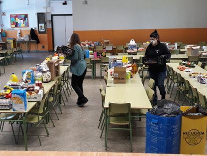 Un centro de Madrid ha repartido cestas básicas de alimentos para sus familias.