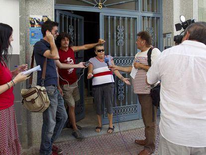 Vecinos de la mujer asesinada atienden a los medios.