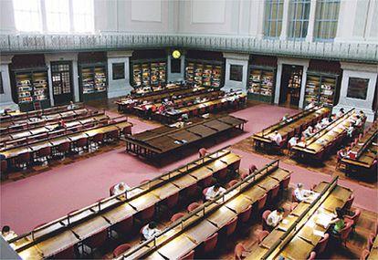 Tras la reciente remodelación, la luz natural se cuela abundante por la claraboya y ventanas del salón general de lectura. El ambiente compagina una biblioteca clásica con la moderna tecnología del siglo XXI.