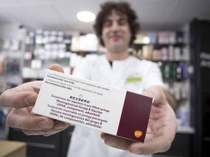 Un farmacéutico de Sevilla muestra la vacuna, este viernes, antes de entregarla a una de las ocho personas que tiene en lista de espera.