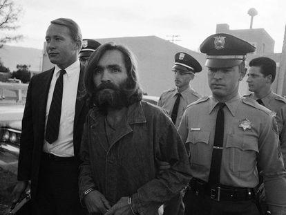 Charles M. Manson, en 1969, saliendo del juicio en Los Ángeles.