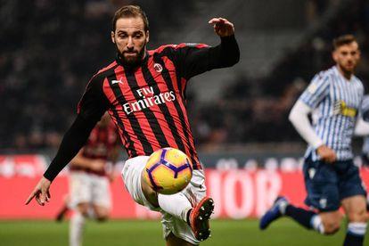 Higuaín controla un balón en un partido con el Milan.