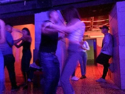 Una fiesta más allá de los horarios permitidos por las restricciones anticovid en un local de Madrid, en octubre de 2020.