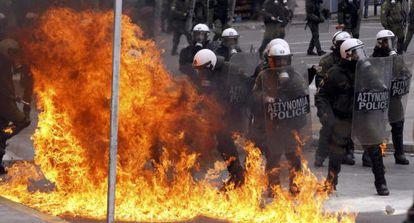 Agentes antidisturbios durante las protestas en Atenas.