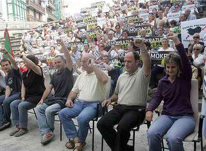 Oloren Arkotza y Unai Urruzuno, ex alcalde de  EH y  cabeza de lista de ANV (tercero y segundo por la derecha), junto a otros simpatizantes de la lista anulada en Ondarroa.