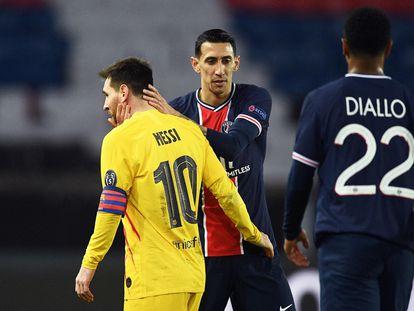 Di María consuela a Messi tras el partido en el Parque de los Príncipes.