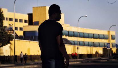Un inmigrante de Ghana frente al CIE de Aluche en el que estuvo internado 49 días, en una imagen de 2017.