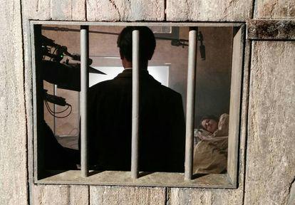 Roger Casamajor (de espaldas) y Nora Navas en pleno rodaje, en la celda de la Vampira.
