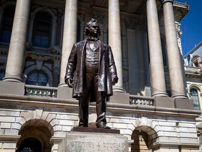 Estatua de Stephen Douglas a la entrada del Capitolio de Illinois, Estados Unidos.