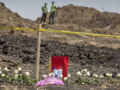 Flores depositadas junto a los restos del avión siniestrado cerca de Bishoftu (Etiopía). En vídeo, declaraciones del ministro canadiense de Transporte.