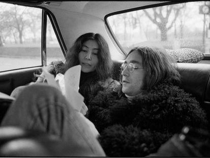 John Lennon y Yoko Ono, en la parte de atrás de un coche el 1 de diciembre de 1968.