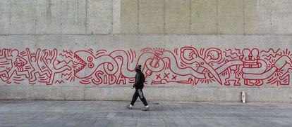 Fragmento de la réplica del mural de Keith Haring inaugurado ayer, junto al Macba.