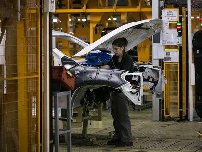 Una operaria en una cadena de montaje de Nissan.