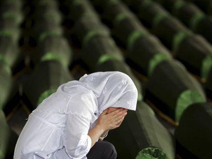 Una mujer bosnia musulmana llora sobre el ataúd de un familiar en Potocari, cerca de Srebrenica.