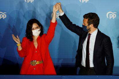 La presidenta de la Comunidad de Madrid y candidata por el Partido Popular a la reelección, Isabel Díaz Ayuso, con el líder del partido, Pablo Casado, este martes en la sede de la formación en Madrid.
